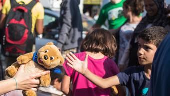 Ein Teddybär am Ende einer langen Reise: Solche kleinen Gesten sowie Gespräche mit Flüchtlingen seien wichtig, heisst es bei Hilfswerken.