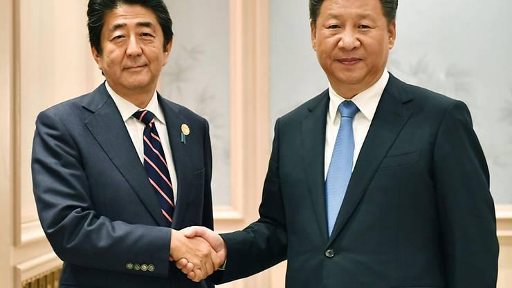 Seltenes Treffen: Japans Ministerpräsident Shinzo Abe (links) und Chinas Staatschef Xi Jinping (rechts).