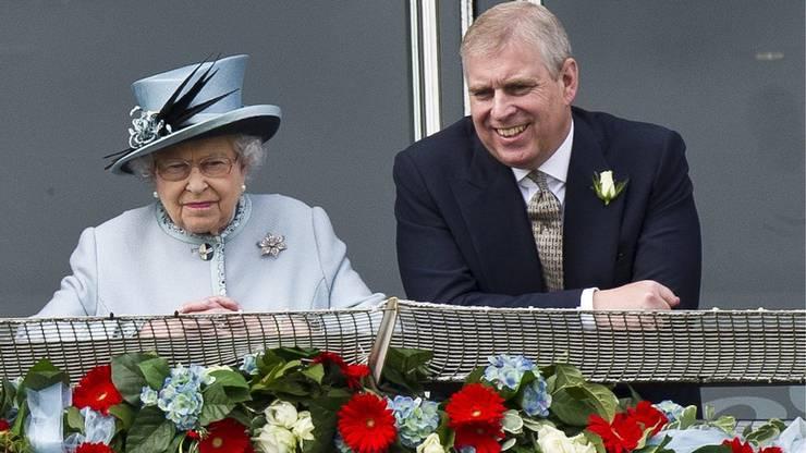Damals hatte er noch Grund zu lachen: Prince Andrew, der Duke of York, und Queen Elizabeth II zusammen.