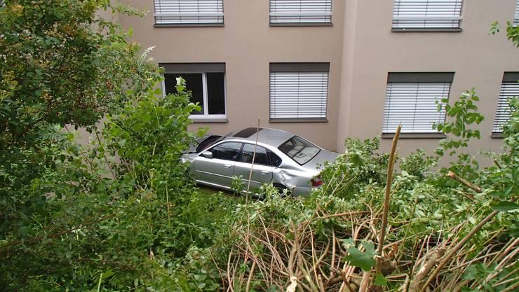 In Oberrohrdorf verlor ein Senior beim Rückfährtsfahren die Kontrolle über sein Auto.