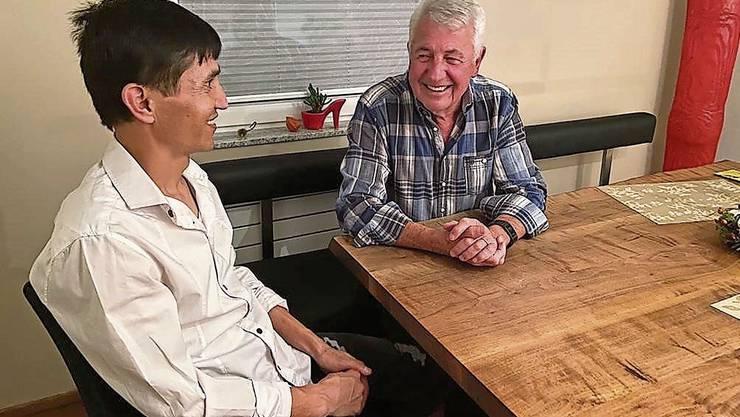 Hansruedi Gunziger (r.) und Sami treffen sich seit einem Jahr regelmässig. Seither hat der Asylsuchende viel erreicht.
