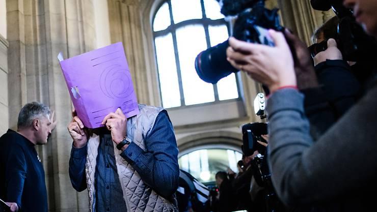 """Die mutmasslichen Diebe der 100 Kilogramm schweren Goldmünze """"Big Maple Leaf"""", die sie im März 2017 aus dem Berliner Bode-Museum gestohlen haben sollen , mussten zum Prozessauftakt am Donnerstag in Berlin durch ein Spalier von Journalisten."""