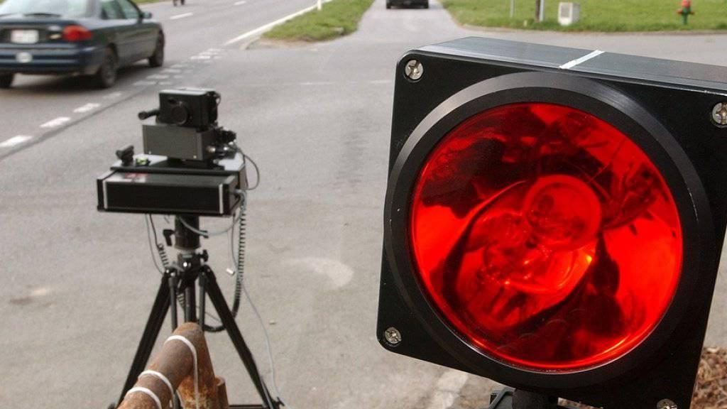 Mit 153 km/h ist ein 18-Jähriger ausserorts in eine Radarfalle der Polizei gerast. (Archivbild)