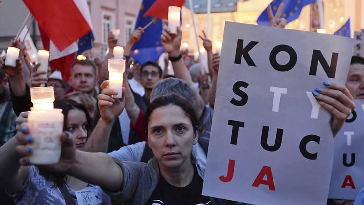 """Anti-Regierungsprotest vor dem Obersten Gericht in Warschau mit Transparent """"Konstytucja"""" - deutsch: """"Verfassung""""."""