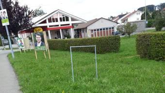 Bereits letzte Woche wurde ein Wahlplakat von FDP-Kandidat Yatin Shah in Waltenschwil entwendet - nur der leere Plakatständer blieb übrig.