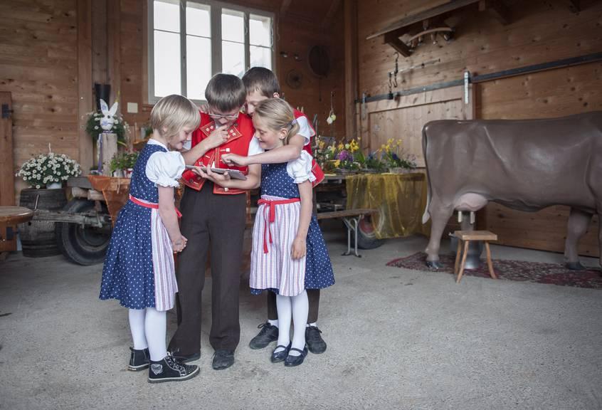 Wie viele Punkte diese Kinder in Toggenburger Tracht bei unserem Dialekt-Quiz wohl absahnen würden? (Archiv) © TAGBLATT/Olivia Hug