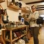 Claudine Hirt vom Konzeptladen «trag-werke» führt in diesem Jahr zum ersten Mal einen Ausverkauf durch – auf das Handtaschen-Sortiment.