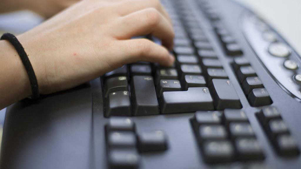 Der Angeklagte lernte die Teenager über das Internet kennen. Ihm droht unter anderem wegen Vergewaltigung und sexueller Nötigung eine Freiheitsstrafe von vier Jahren. (Symbolbild)