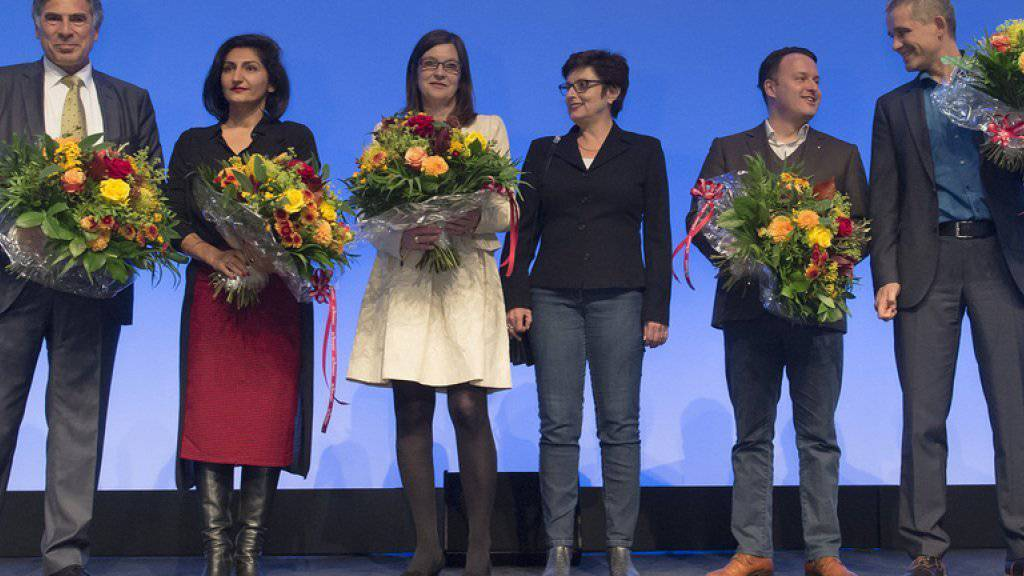 Die wiedergewählte SP-Ständerätin Anita Fetz (3. v. r.), flankiert von den fünf gewählten Nationalräten im Wahlforum im Kongresszentrum in Basel