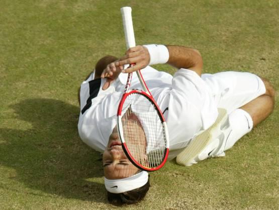 Wimbledon 2004: Federer s. Roddick 4:6, 7:5, 7:6 (7:3), 6:4 «Als ich auf den Platz lief, hatte ich schon kalte Hände. Ich spürte, wie gut Roddick spielen würde», sagt Federer nach dem Finals. Mehrmals wird die Partie wegen Regens unterbrochen, letztmals, als Federer im dritten Satz mit 2:4 hinten liegt. In der Kabine berät er sich mit seinem Physiotherapeuten, Pavel Kovac, und Freund Reto Staubli und beschliesst, mehr Serve-and-Volley zu spielen. Die Rechnung geht voll auf. Nach dem Matchball fällt Federer wieder auf die Knie. «Ich weinte auch diesmal». Als Titelhalter und Nummer 1 der Welt habe er mehr Druck verspürt als noch im Vorjahr.