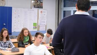 Nicht alle Maturanden bringen die für ein Studium nötigen Grundkompetenzen in Deutsch und Mathematik mit. Nun will der Kanton nachhelfen. (Symbolbild)