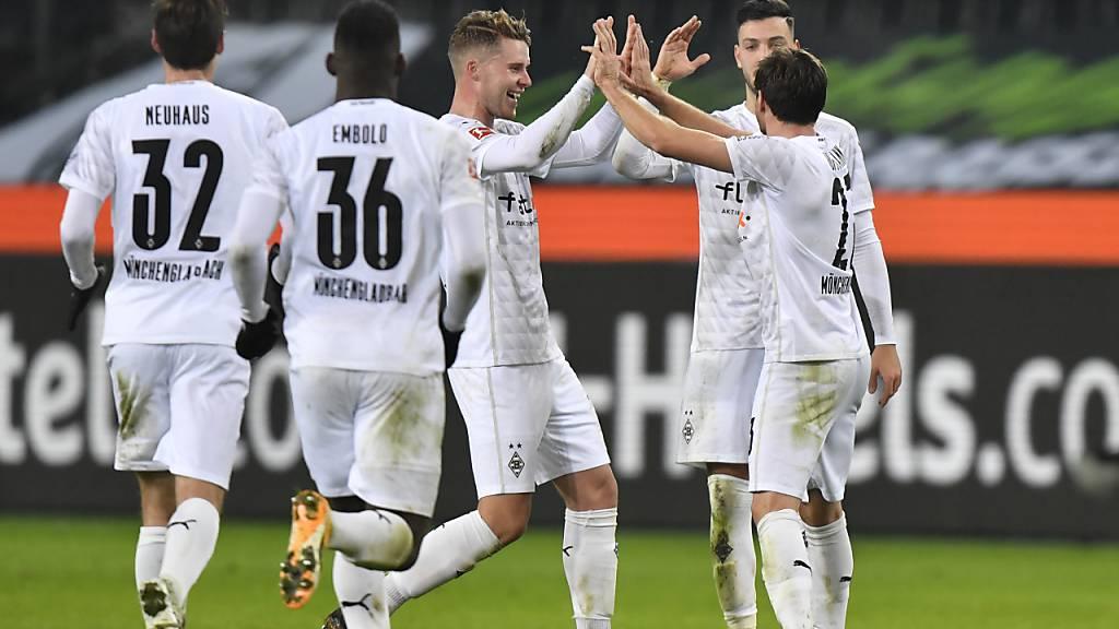 Nico Elvedi beglückwünscht Jonas Hofmann zu seinen zwei Toren gegen die Bayern