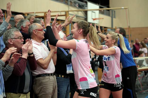 Am Ende feierten die Volleyballerinnen mit ihren Fans.