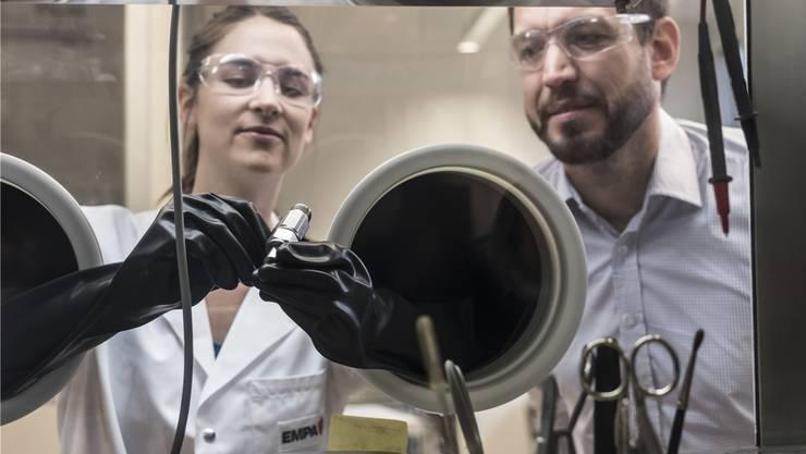 Marie-Claude Bay und Corsin Battaglia forschen an der Empa mit neuen Materialien, um die übernächste Generation der Batterie zu erschaffen.