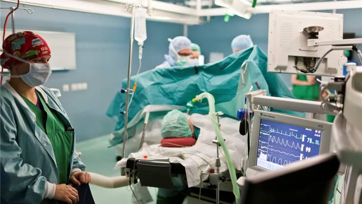 Hacker im Operationssaal? Die Vernetzung der Medizintechnik macht vieles einfacher, birgt aber auch bislang undenkbare Gefahren.