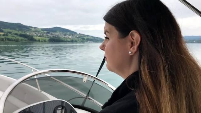 Nicole's erste Motorboot-Fahrstunde