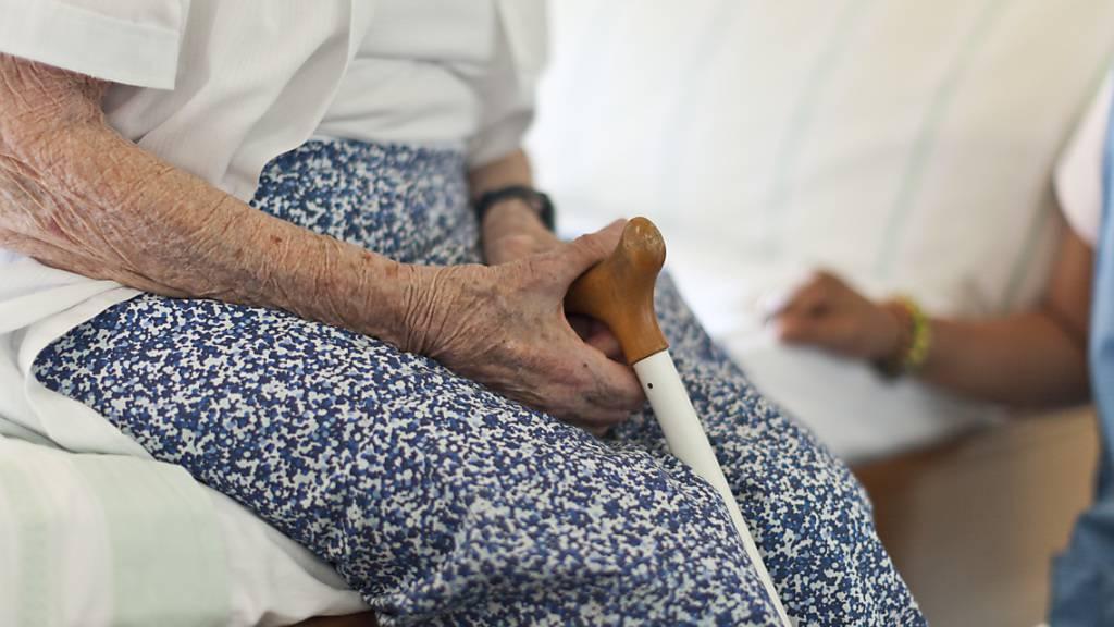 Bis zu einer halben Million alte Menschen sind in der Schweiz Misshandlungen ausgesetzt. Der Bundesrat empfiehlt in einem Bericht eine wirksamere Prävention. (Themenbild)
