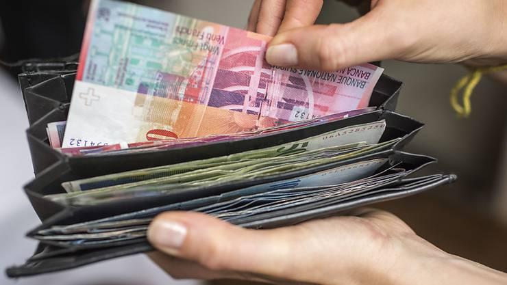 Der Mittelstand profitiere zudem nur mit Steuererleichterungen von 400 bis 1000 Franken pro Jahr. Entlastet würden vor allem hohe und niedrige Einkommen. (Symbolbild)