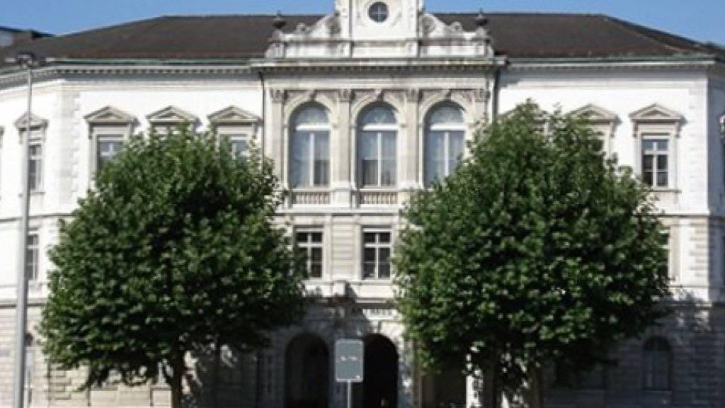 Im Gebäude des Solothurner Obergerichts sind am Dienstag ein Oberrichter und ein Gerichtsschreiber tätlich angegriffen worden.