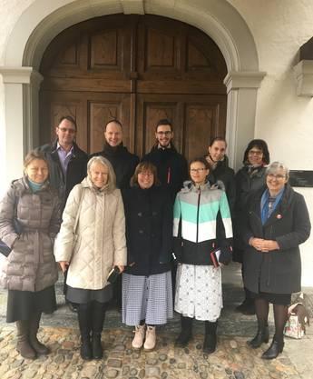 Pater Markus Schmidt, FSSP, mit zwei Ministranten, Organistin, Frauenschola der  Petrusbruderschaft und Sakristanin