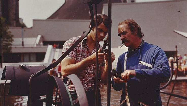 Walder mit dem Künstler Jeannot Tinguely am Tag nach der Einweihung des Brunnens vor 40 Jahren.