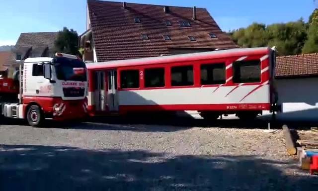 Millimeterarbeit: Der Bahnwagen rollt an seinen neuen Bestimmungsort.