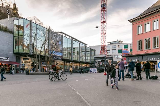 """Der Schlossbergplatz ist trotzd """"Social-Distancing""""-Regel rege besucht."""