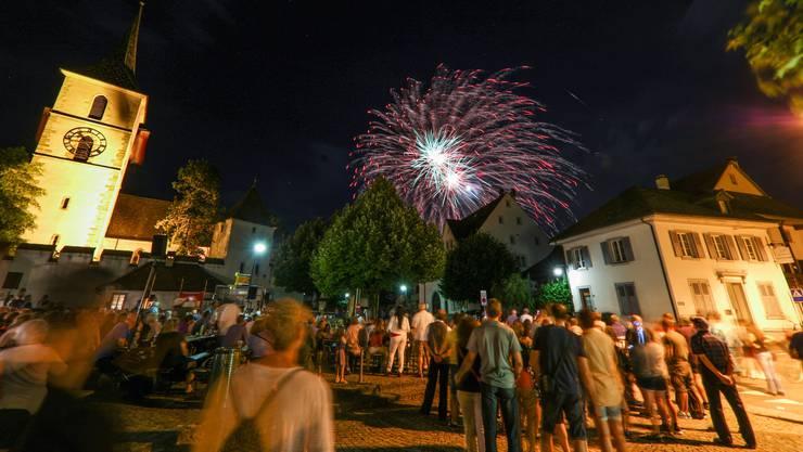 Nicht nur die Zuschauer staunen, auch der Mond lacht hinter dem 1. August- Feuerwerk Muttenz