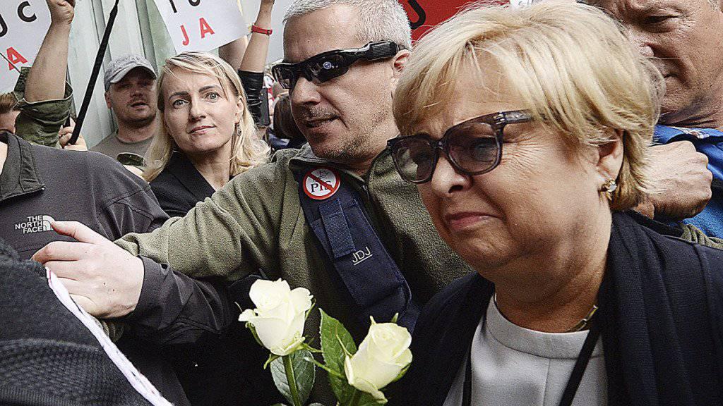 Die Präsidentin des Obersten Gerichtshofes in Polen, Malgorzata Gersdorf, widersetzt sich dem von der Regierung angeordneten Zwangsruhestand und erscheint - gefeiert von Regierungsgegnern - zur Arbeit.