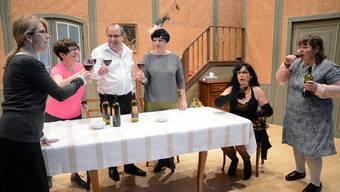 Letzte Proben für «De Hahn im Chorb». Autorin Maya Gmür (r.) wirkt als Schauspielerin und Regisseurin mit.