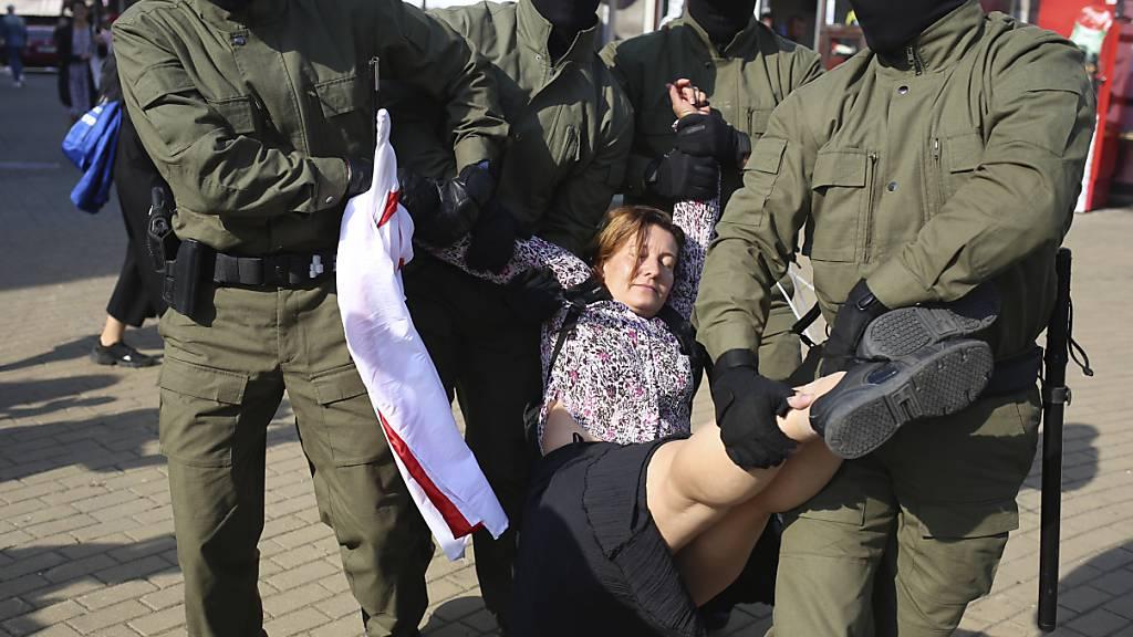 Frauen demonstrieren in Minsk gegen Lukaschenko - Festnahmen