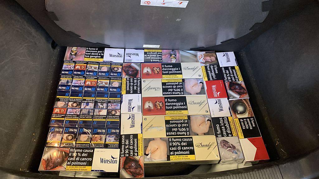 25 Stangen Zigaretten wollten eine Autolenker und seine Beifahrerin in die Schweiz schmuggeln. Versteckt war die Ware im Reserverad-Kasten.