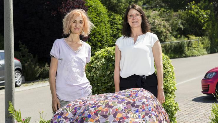 Emanuela Bottana (rechts) und Beatrice Peraro fügten das Mosaik auf dem Findling über die letzten zwei Wochen zusammen.