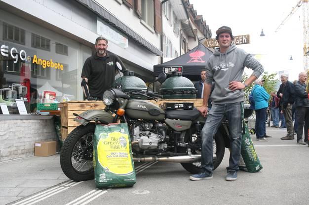 Andrew Oliver (links) und Jonas Gauthier mit der fahrbaren Küche, auf eine russische Ural mit Seitenwagen gebaut