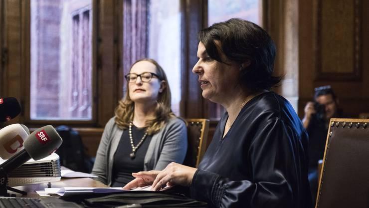 Regierungspräsidentin Elisabeth Ackermann (r.) und die Leiterin Abteilung Kultur, Sonja Kuhn (l.), präsentieren das neue Museumsleitbild.