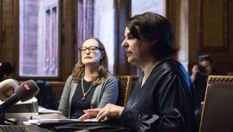 Regierungspräsidentin Elisabeth Ackermann und die Leiterin Abteilung Kultur, Sonja Kuhn, präsentieren das neue Museumsleitbild