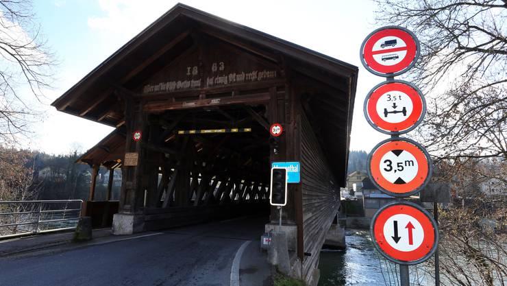 Momentan ist ein Maximalgewicht von 3,5 Tonnen pro Achse erlaubt (zweites Schild von oben). Künftig sollen nur noch Fahrzeuge, die insgesamt bis 3,5 Tonnen wiegen, die Brücke befahren dürfen.