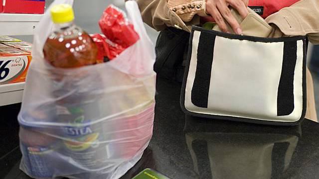 Eine Einkäuferin packt ihre Sachen ein (Symbolbild)