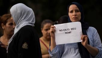 «Nicht in meinem Namen» steht auf dem Schild einer Bewohnerin Ripolls, die gestern an einer Zeremonie teilnahm. Francisco Seco