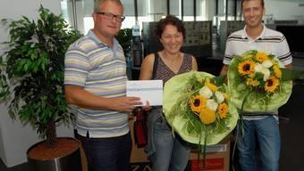 Strahlende Gewinner: AZ-Stv. Chefredaktor Werner De Schepper (l.) übergab Andrea Häfliger und Marius Nussli die ertippten Preise.