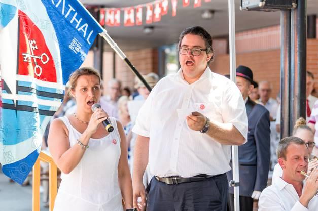 1. August-Feier in Untersiggenthal mit Gastredner Landammann Alex Hürzeler. Im Bild: Patrizia Aberle und Fabian Tschachtli singen die Nationalhymne auf Italienisch und Deutsch.