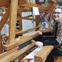 Maler Fulvio Castiglione aus Zofingen und die Boninger Textilkünstlerin Beatrix Wyser (auf dem Bild) haben in der Alten Kirche Härkingen für eine gemeinsame Ausstellung zusammengefunden. (Archivbild)