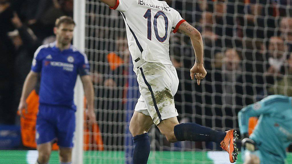 Zlatan Ibrahimovic hat zur 2:1-Führung getroffen - die Chelsea-Spieler sind konsterniert
