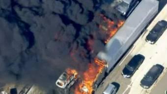 Es brennt auf der Autobahn bei Hesperia in Kalifornien.