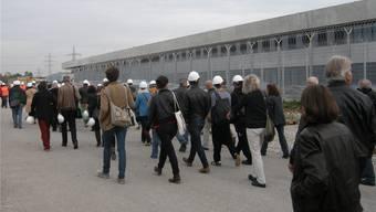 Über 50 Kunstschaffende nahmen am 3. Oktober einen Augenschein in der neuen Justizvollzugsanstalt Schachen.