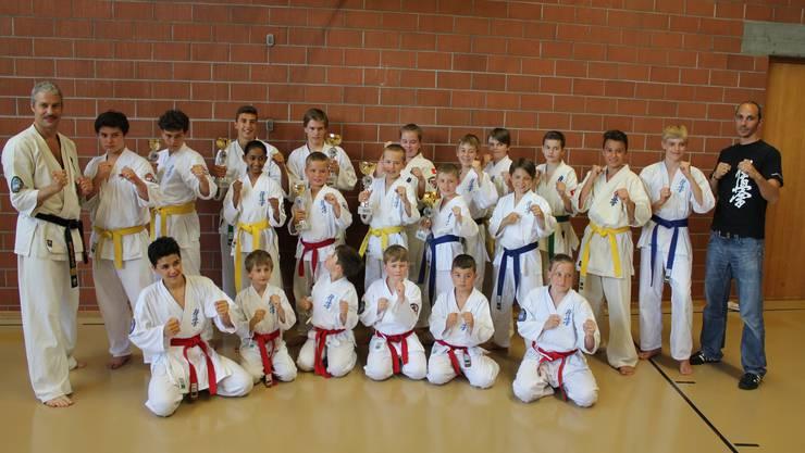 Dominierten den 27. Kolibri-Cup: Erfolgreiche Wohler Karate-Crew in Trimmis