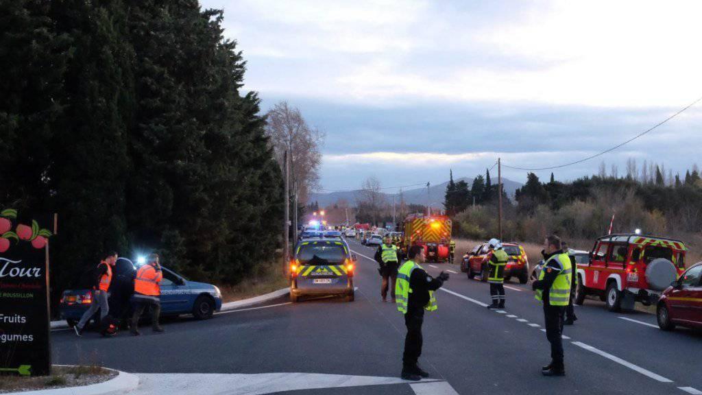 Polizisten sichern die Unfallstelle. Zehn Menschen schweben nach dem Unglück noch in Lebensgefahr.