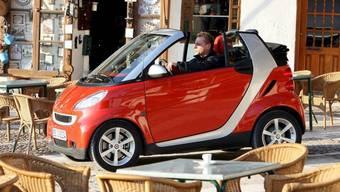 Smart-Fahrerin: Sie nimmt dritten Mitfahrer mit, obwohl es nur für zwei Platz hat (Symbolbild).