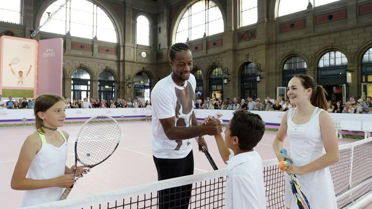 Gaël Monfils, Nummer 21 der Tennisweltrangliste, klatscht mit dem zwölfjährigen Nicola Federer ab.