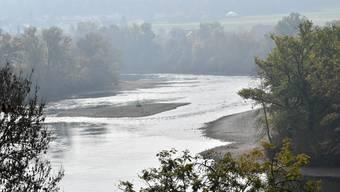 """Tiefer Wasserstand nach trockenem Sommer in Olten (die Steine sind normalerweise von Wasser bedeckt) und Wolfwil am """"Aareknie"""""""